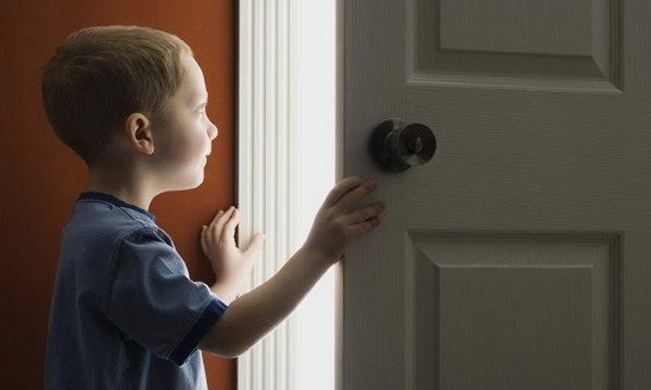 Как выписать ребенка из квартиры отца и прописать к матери?
